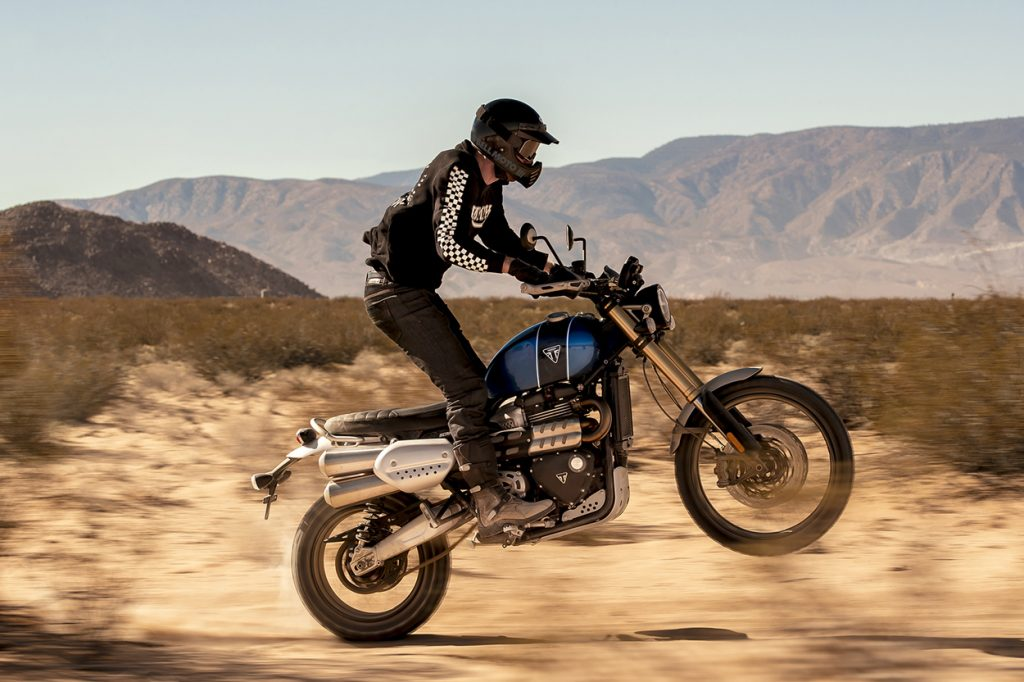 Hombre en moto deportiva