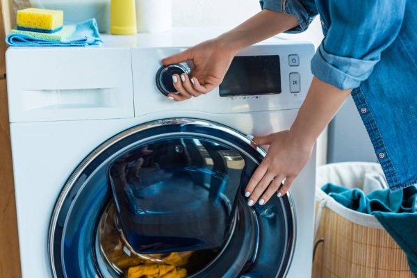 mujer lavando en lavadora
