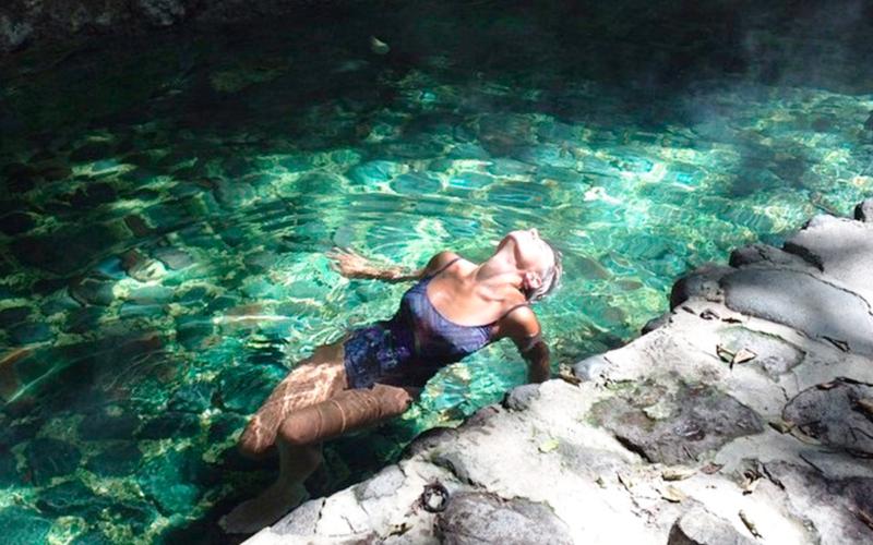 persona nadando en Fuentes de Georgina